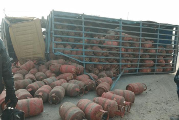 गैस सलिन्ड्रो से भरा ट्रक