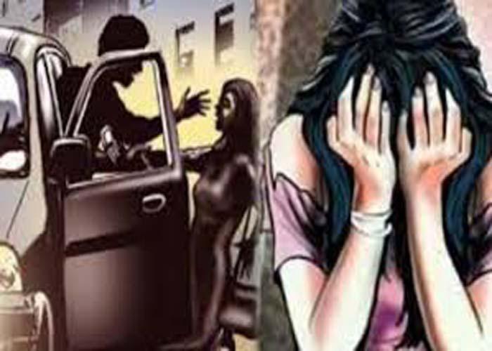 हिमाचल प्रदेश कि राजधानी शिमला में चलती कार में एक छात्रा से दुष्कर्म का मामला सामने आया है। छात्रा के साथ दुष्कर्म करने के बाद आरोपी उसे अर्द्धनग्न हालत में सड़क किनारे फेंक भाग गए। आपको बता दे कि यह मामला रविवार देर शाम का है। मिली सुचना के अनुसार बताया जा रहा है कि छात्रा से पहले छेड़छाड़ हो रही थी। इस घटना से पहले छात्रा लक्कड़ बाजार चौकी में शिकायत लेकर पहुंची, परन्तु उसे ये कहकर मना कर दिया उसका थाना क्षेत्र ढली आता है। और इस दौरान जब छात्रा जा रही थी तो आरोपी ने उसे अगवाह कर कार में बिठा लिया और इस घटना को अंजाम दिया। आरोपी छात्रा को शहर में इधर उधर घुमाते रहे घंटों तक बदमाश छात्रा को शहर में इधर-उधर घुमाते रहे। मेडिकल करवाने के बाद पुलिस मामला दर्ज कर फरार आरोपियों को पकड़ने में जुट गई है। चुनाव के समय और कड़ी सुरक्षा के दावों के बीच हिमाचल की राजधानी शिमला की सड़कों पर दौड़ती कार में इस दुष्कर्म के मामले ने कानून व्यवस्था पर कई सवाल खड़े कर दिए हैं। सूत्रों के अनुसार 19 वर्ष की छात्रा हरियाणा की रहने वाली हैं। और वह यहां निजी कॉलेज में पढ़ती हैं। और छात्रा से पहले भी छेड़खानी हो चुकी है। वह रविवार को माल रोड आई और इसकी शिकायत लेकर पास की चौकी में गई थी।