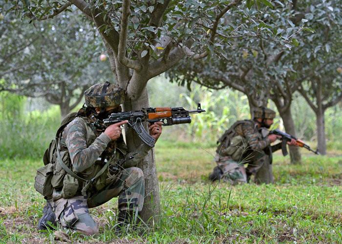 पुलवामा में आतंकियों से भारतीय सुरक्षाबलों की मुठभेड़ जारी