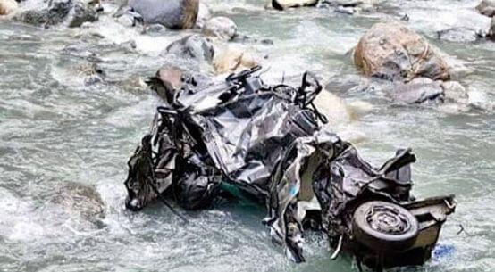 नदी में गिरी कार